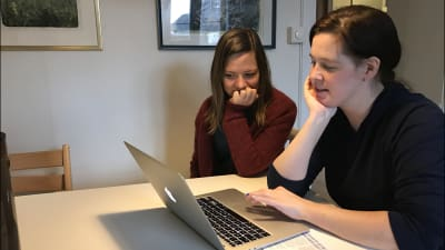 Two women (Ida and a user) sitting next to eachother in front of a laptop.